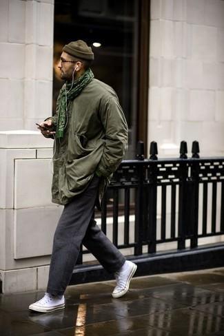 Combinar unos tenis de lona blancos: Ponte una chaqueta campo verde oliva y un pantalón chino de lana en gris oscuro para una apariencia fácil de vestir para todos los días. Haz este look más informal con tenis de lona blancos.