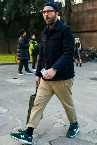 Moda para hombres de 40 años: Para un atuendo que esté lleno de caracter y personalidad elige una chaqueta campo de lana azul marino y un pantalón chino marrón claro. ¿Quieres elegir un zapato informal? Haz tenis de ante verde oscuro tu calzado para el día.