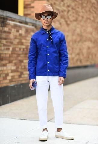 Combinar unas zapatillas: Elige una chaqueta estilo camisa azul y un pantalón chino blanco para crear un estilo informal elegante. ¿Quieres elegir un zapato informal? Opta por un par de zapatillas para el día.
