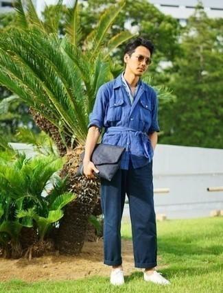 Combinar un bolso con cremallera de lona azul marino: Casa una chaqueta estilo camisa de lino azul con un bolso con cremallera de lona azul marino para un look agradable de fin de semana. Tenis de lona blancos añaden la elegancia necesaria ya que, de otra forma, es un look simple.