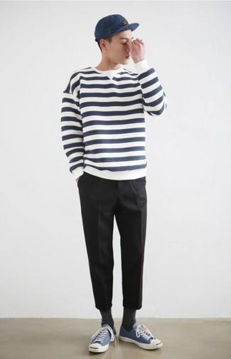 Cómo combinar: gorra de béisbol azul marino, tenis de lona azules, pantalón chino negro, jersey con cuello circular de rayas horizontales en blanco y azul marino