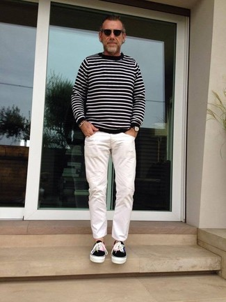 Cómo combinar: gafas de sol negras, tenis de lona negros, pantalón chino blanco, jersey con cuello circular de rayas horizontales en negro y blanco