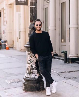 Cómo combinar: gafas de sol negras, tenis de cuero blancos, pantalón chino de tartán azul marino, jersey con cuello circular negro