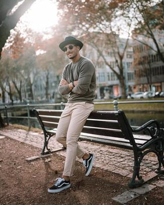Cómo combinar: sombrero de lana negro, tenis de lona en negro y blanco, pantalón chino en beige, jersey con cuello circular gris