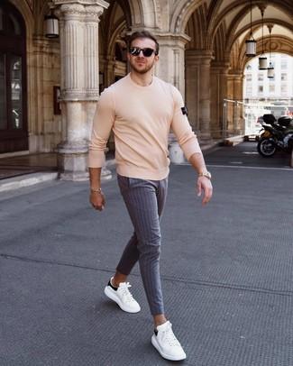 Cómo combinar: gafas de sol negras, tenis de cuero en blanco y negro, pantalón chino de rayas verticales gris, jersey con cuello circular en beige