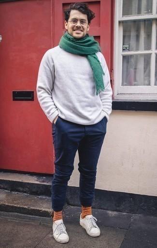 Combinar una bufanda verde oscuro: Empareja un jersey con cuello circular blanco con una bufanda verde oscuro para un look agradable de fin de semana. ¿Te sientes valiente? Elige un par de tenis de cuero blancos.