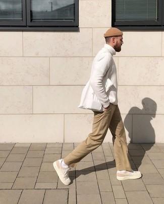 Combinar un jersey: Considera emparejar un jersey con un pantalón chino marrón claro para lidiar sin esfuerzo con lo que sea que te traiga el día. Con el calzado, sé más clásico y haz tenis de lona en beige tu calzado.