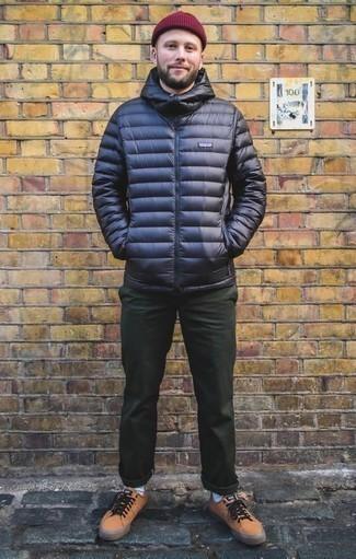 Combinar un pantalón chino verde oscuro: Considera ponerse un plumífero azul marino y un pantalón chino verde oscuro para después del trabajo. Si no quieres vestir totalmente formal, elige un par de tenis de cuero marrón claro.