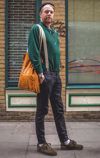 Combinar un polo de manga larga verde oscuro: Ponte un polo de manga larga verde oscuro y un pantalón chino en gris oscuro para un lindo look para el trabajo. ¿Quieres elegir un zapato informal? Haz tenis de ante verde oliva tu calzado para el día.