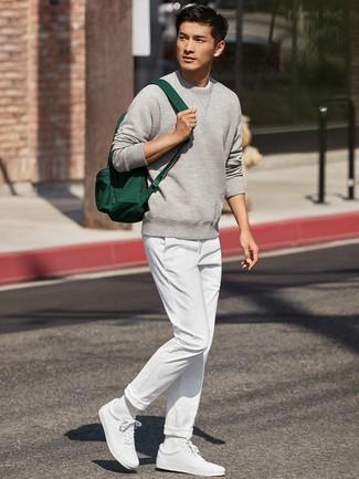 Cómo combinar: mochila de lona verde oscuro, tenis blancos, pantalón chino blanco, sudadera gris