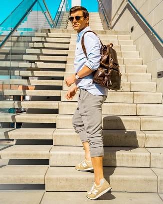 Cómo combinar: mochila de cuero marrón, tenis marrón claro, pantalón de chándal gris, camisa de manga larga celeste