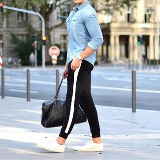 Combinar una camisa vaquera celeste: Considera ponerse una camisa vaquera celeste y un pantalón de chándal en negro y blanco para un look agradable de fin de semana. Tenis blancos son una opción muy buena para complementar tu atuendo.