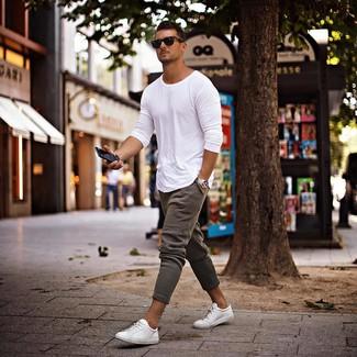 Combinar una camiseta de manga larga blanca: Empareja una camiseta de manga larga blanca junto a un pantalón de chándal gris transmitirán una vibra libre y relajada. Con el calzado, sé más clásico y opta por un par de tenis blancos.