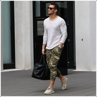 Cómo combinar: bolsa de viaje de cuero negra, tenis en beige, pantalón de chándal de camuflaje verde oliva, jersey con cuello circular blanco