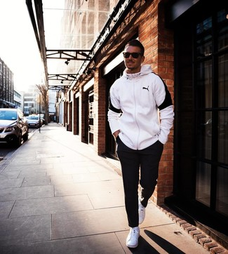 Cómo combinar: gafas de sol en marrón oscuro, tenis blancos, pantalón de chándal negro, sudadera con capucha en blanco y negro