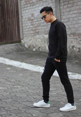 Cómo combinar: gafas de sol negras, tenis de cuero blancos, pantalón de chándal negro, sudadera negra