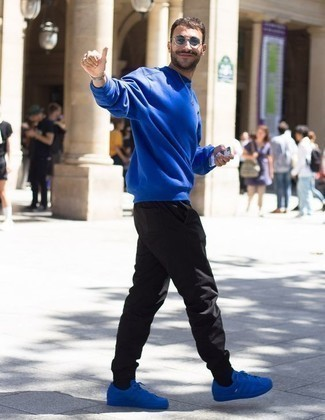 Combinar un pantalón de chándal negro: Empareja una sudadera azul junto a un pantalón de chándal negro para un look agradable de fin de semana. Tenis de lona azules son una opción buena para completar este atuendo.