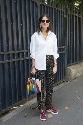 Cómo combinar: bolsa tote de cuero en multicolor, tenis de ante burdeos, pantalón de pinzas estampado negro, camisa de vestir blanca