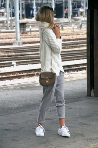 Cómo combinar: bolso bandolera de cuero verde oliva, tenis blancos, pantalón de pinzas gris, jersey oversized de punto blanco
