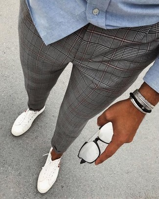 Cómo combinar: gafas de sol plateadas, tenis blancos, pantalón de vestir de tartán gris, camisa de manga larga de cambray celeste