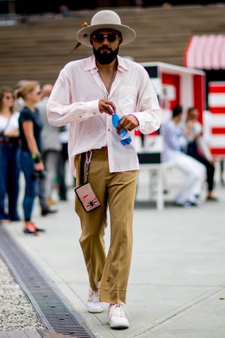 Cómo combinar: sombrero de lana gris, tenis blancos, pantalón de vestir marrón claro, camisa de manga larga rosada