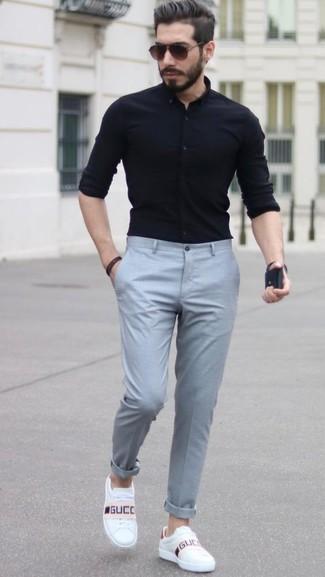 Unos tenis de vestir con una camisa de vestir negra para hombres ...