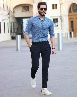 Cómo combinar: gafas de sol en marrón oscuro, tenis de cuero blancos, pantalón de vestir negro, camisa de vestir con print de flores azul