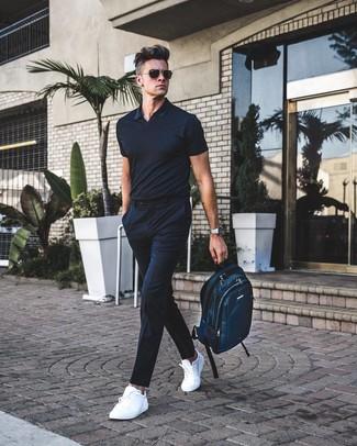 Cómo combinar: mochila de lona en verde azulado, tenis de cuero blancos, pantalón de vestir de rayas verticales negro, camisa polo negra