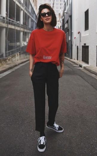Combinar unos calcetines negros: Emparejar una camiseta con cuello circular roja con unos calcetines negros es una opción incomparable para el fin de semana. ¿Te sientes valiente? Opta por un par de tenis de lona negros.