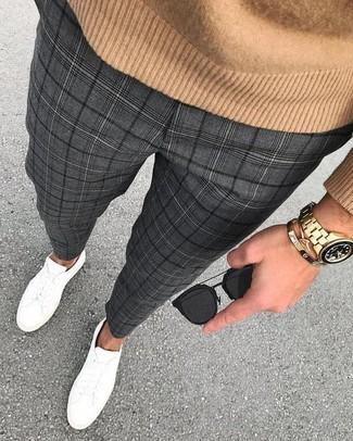 Cómo combinar: gafas de sol negras, tenis de cuero blancos, pantalón de vestir de tartán en gris oscuro, jersey con cuello circular marrón claro