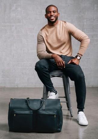 Cómo combinar: bolsa de viaje de cuero negra, tenis de cuero blancos, pantalón de vestir de lana en gris oscuro, jersey con cuello circular marrón claro