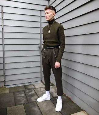 Cómo combinar: correa de cuero negra, tenis de cuero blancos, pantalón de vestir negro, jersey de cuello alto verde oliva