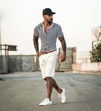 Cómo combinar: gorra de béisbol negra, tenis de cuero blancos, pantalones cortos blancos, camisa de manga corta de rayas verticales en blanco y negro
