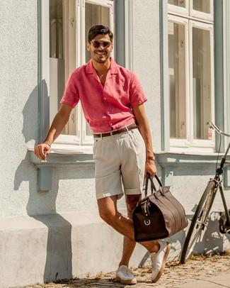 Cómo combinar: bolsa de viaje de cuero en marrón oscuro, tenis de cuero blancos, pantalones cortos de lino en beige, camisa de manga corta de lino rosa