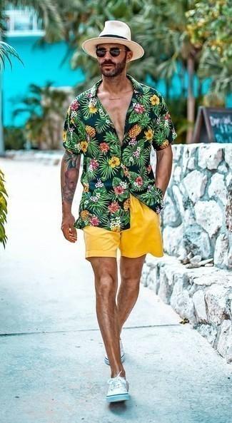 Combinar unos pantalones cortos mostaza: Elige una camisa de manga corta con print de flores azul marino y unos pantalones cortos mostaza para lidiar sin esfuerzo con lo que sea que te traiga el día. Tenis de lona blancos son una opción grandiosa para completar este atuendo.