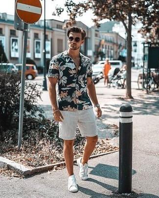 Combinar unas gafas de sol en marrón oscuro: Para un atuendo tan cómodo como tu sillón casa una camisa de manga corta con print de flores azul marino con unas gafas de sol en marrón oscuro. Tenis de lona blancos levantan al instante cualquier look simple.