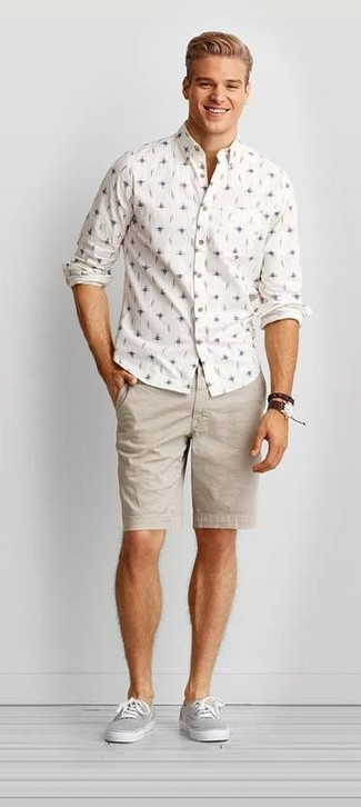 Cómo combinar: reloj de cuero en marrón oscuro, tenis de lona grises, pantalones cortos en beige, camisa de manga larga estampada blanca