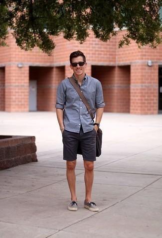 Combinar unos tenis de lona grises: Equípate una camisa de manga larga azul junto a unos pantalones cortos azul marino para una vestimenta cómoda que queda muy bien junta. Tenis de lona grises son una opción buena para completar este atuendo.