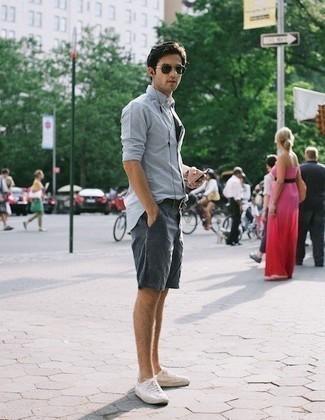 Combinar unos pantalones cortos azul marino: Ponte una camisa de manga larga celeste y unos pantalones cortos azul marino para cualquier sorpresa que haya en el día. Tenis de lona blancos son una opción inigualable para completar este atuendo.