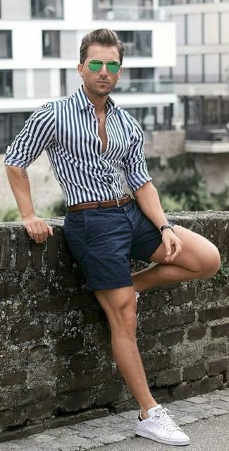 Cómo combinar: correa de cuero marrón, tenis blancos, pantalones cortos azul marino, camisa de vestir de rayas verticales en blanco y azul marino