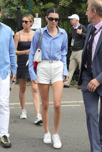 Cómo combinar: bolso de hombre de lona blanco, tenis blancos, pantalones cortos blancos, camisa de vestir celeste
