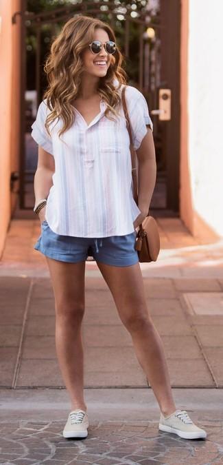 Cómo combinar: bolso bandolera de cuero marrón, tenis de lona en beige, pantalones cortos azules, camisa polo de rayas verticales celeste