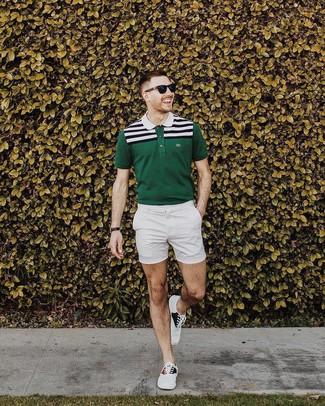 Cómo combinar: gafas de sol negras, tenis de lona blancos, pantalones cortos blancos, camisa polo de rayas horizontales verde oscuro