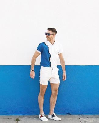 Cómo combinar: gafas de sol azul marino, tenis blancos, pantalones cortos blancos, camisa polo en blanco y azul marino