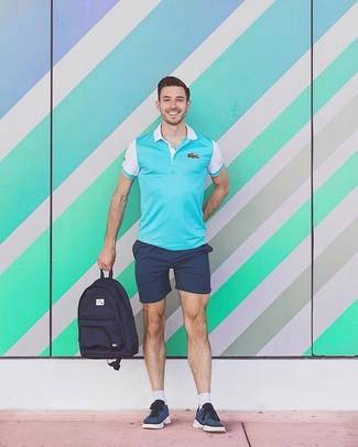 Combinar una mochila de lona azul marino: Para un atuendo tan cómodo como tu sillón haz de una camisa polo en turquesa y una mochila de lona azul marino tu atuendo. Con el calzado, sé más clásico y elige un par de tenis azul marino.