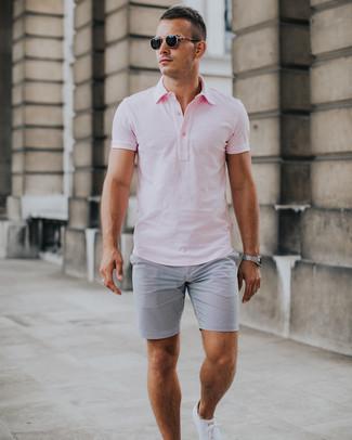 Cómo combinar: gafas de sol negras, tenis blancos, pantalones cortos de seersucker grises, camisa polo rosada