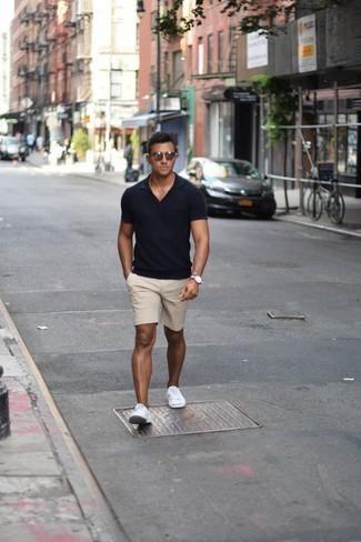 Combinar unos pantalones cortos en beige: Ponte una camisa polo azul marino y unos pantalones cortos en beige para un almuerzo en domingo con amigos. Tenis de lona blancos son una opción buena para complementar tu atuendo.