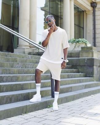 Cómo combinar: gafas de sol azul marino, tenis blancos, pantalones cortos en beige, camiseta con cuello circular en beige