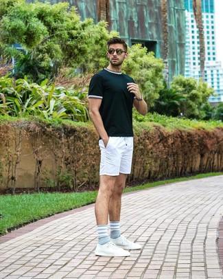 Cómo combinar: gafas de sol verde oliva, tenis de cuero blancos, pantalones cortos blancos, camiseta con cuello circular verde oscuro