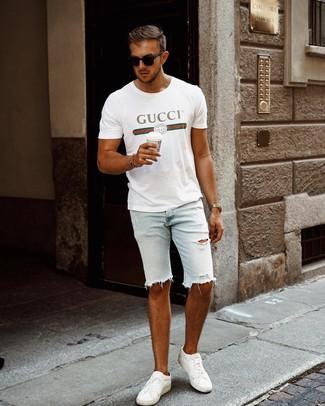 Cómo combinar: gafas de sol negras, tenis de cuero blancos, pantalones cortos vaqueros desgastados celestes, camiseta con cuello circular estampada blanca